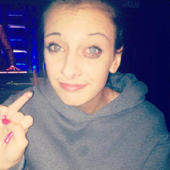 Chica con el maquillaje corrido gracias a sus lentes de contacto