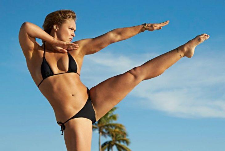 luchadora de la UFC Ronda Rousey posando para la revista sports illustrate