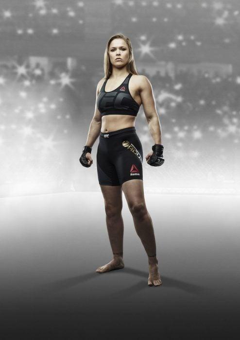 Luchadora de la UFC Ronda Rousey posnado para una revista de deportes