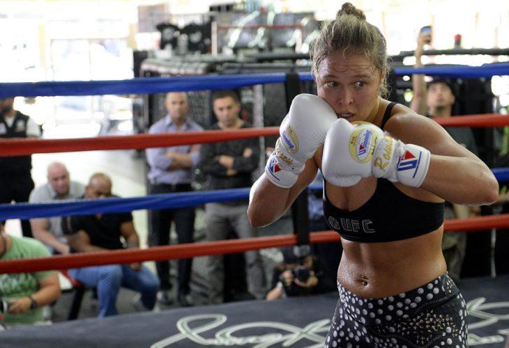 Luchadora de la UFC Ronda Rousey con lo guantes puestos entrenando en el ring