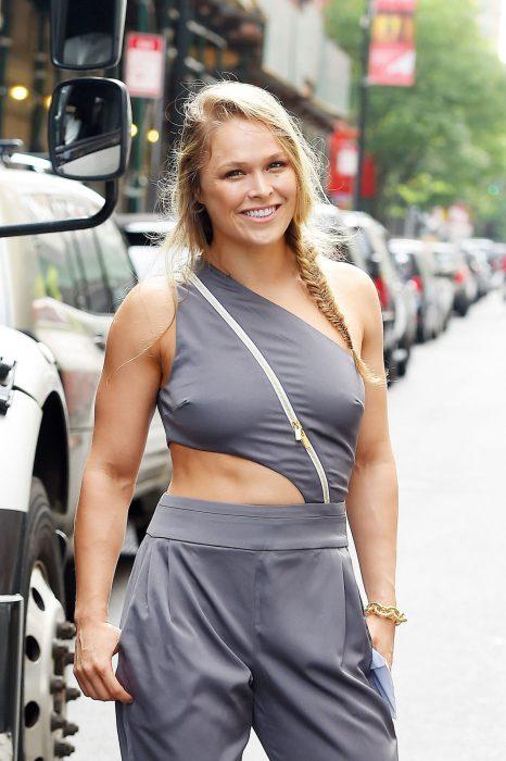 Luchadora de la UFC Ronda Rousey usando un traje de color gris