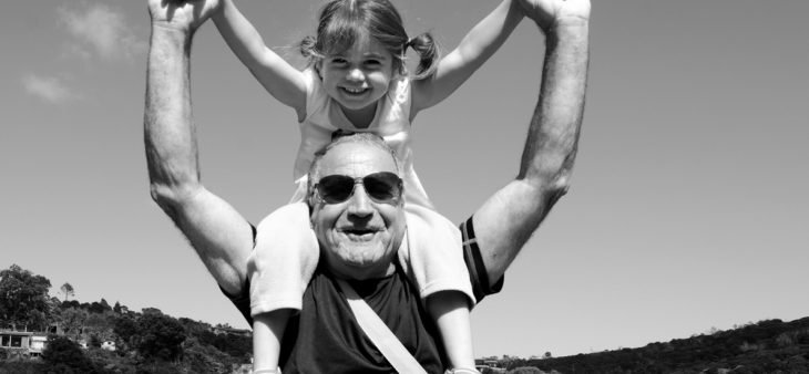 abuelo cargando a nieta en hombros