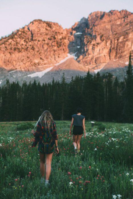 Amigas caminando por el bosque
