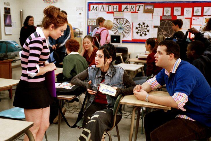Escena de la película chicas pesadas amigos hablando en el comedor de la escuela