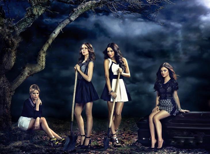 Escena de la serie pretty little liars chicas con palas en un panteón