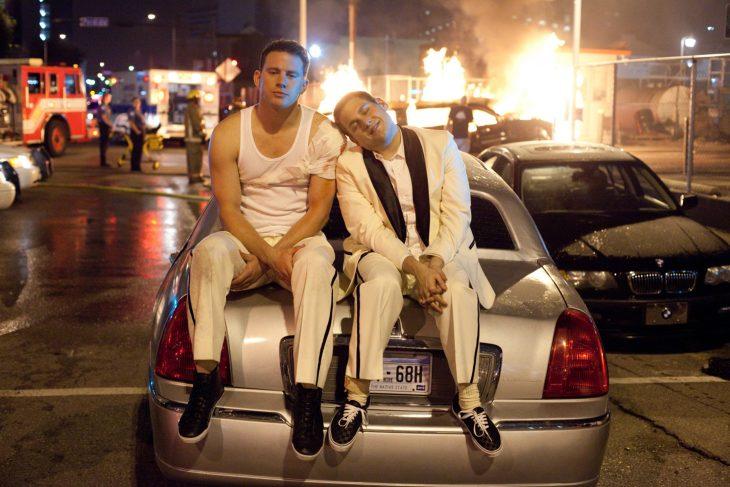 Escena de la película 21 jump street chios sentados en un carro sonriendo
