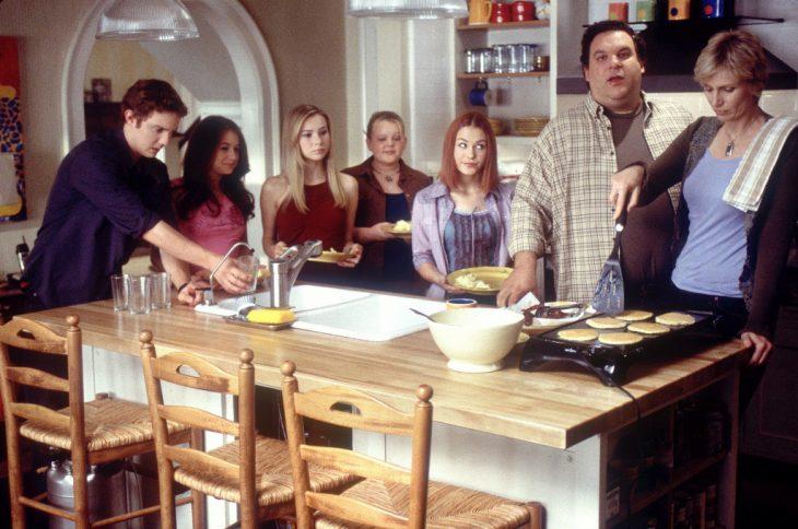 Escena de la película durmiendo fuera de casa chicas desayunando junto a sus familias