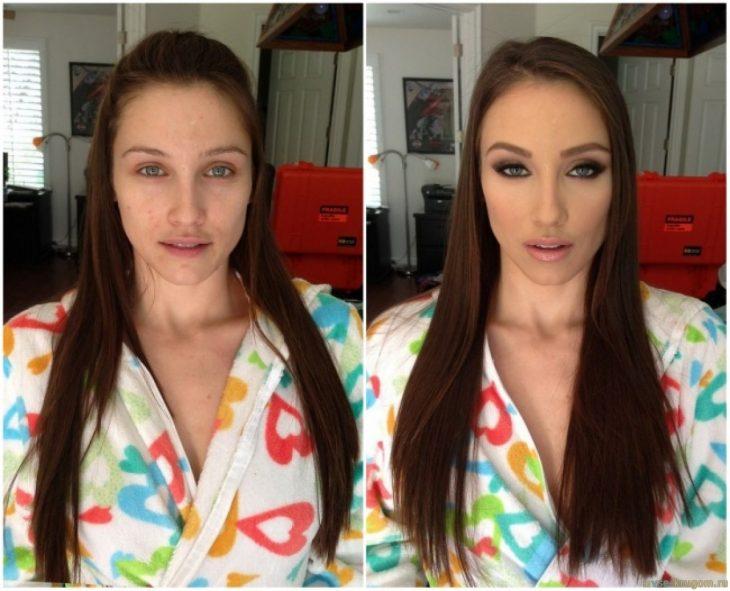 Chica usando una bata de corazones mostrando el antes y después del maquillaje