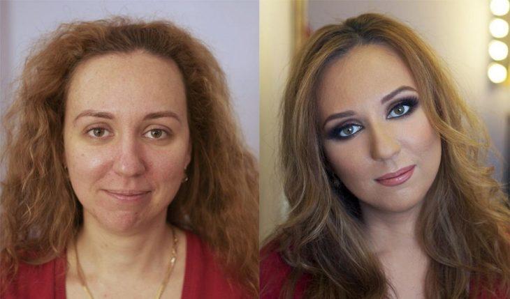Chica de cabello rubio y risado mostrando el antes y después del maquillaje