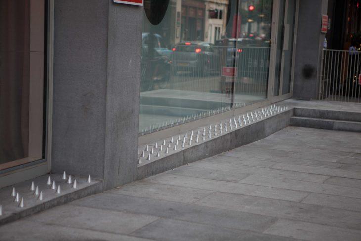 Picos que están colocados en las fachadas de los edificios de londres para las personas sin hogar