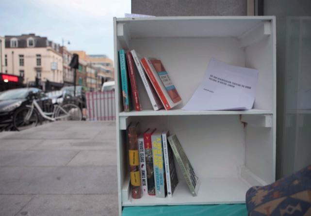 Espacio para personas sin hogar que tienen pequeñas bibliotecas para que puedan leer