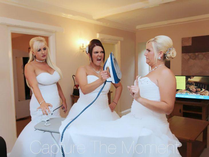 Damas de honor planchando vestido de novia