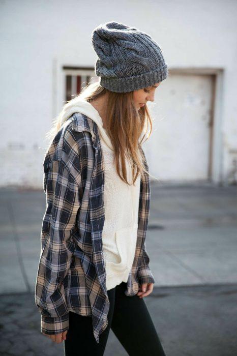 Chica con camisa y gorro