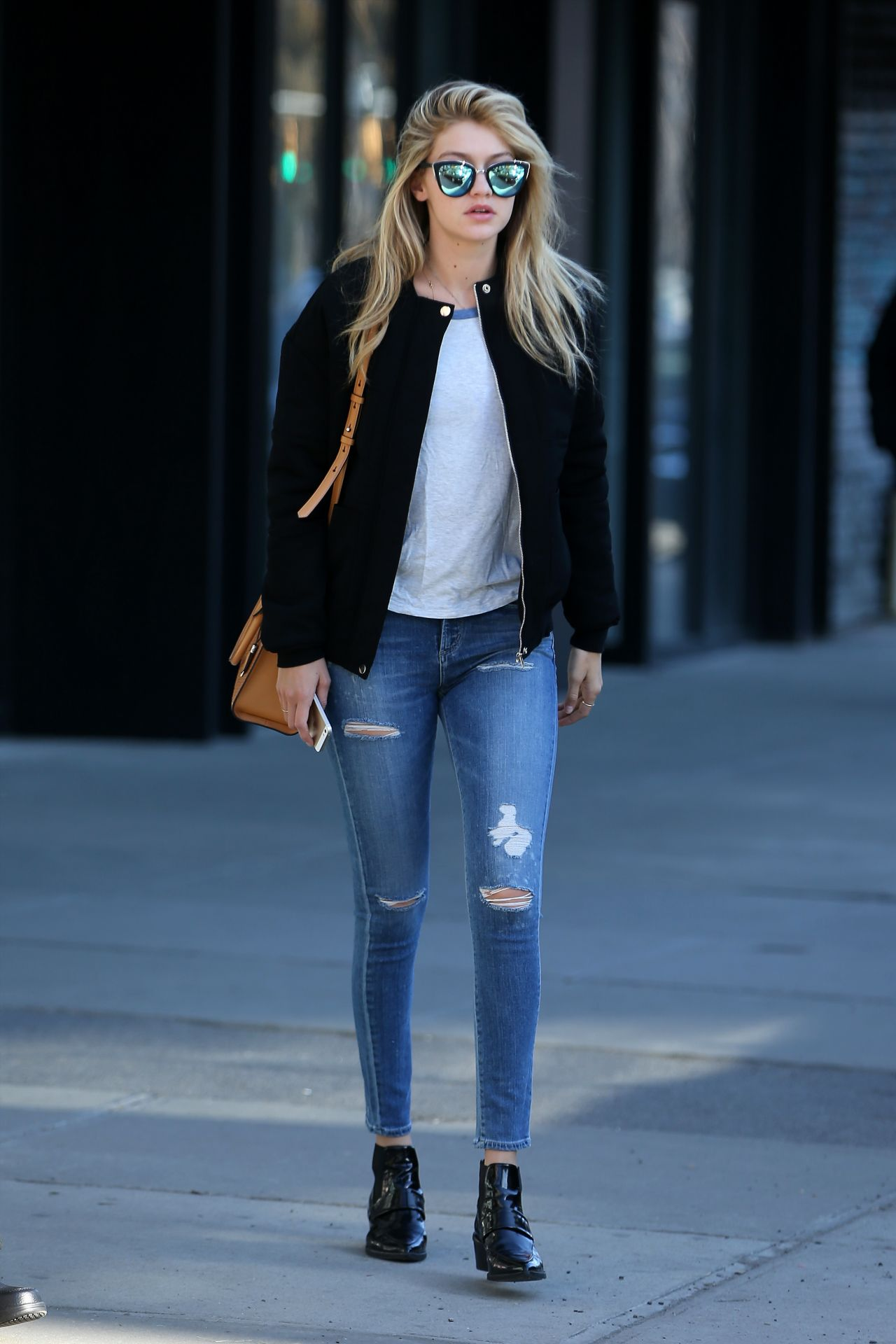 chica con jeans rotos