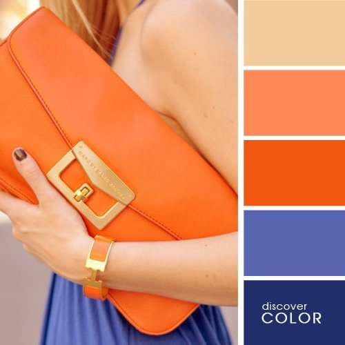 Chica usando una bolsa de color naranja con un vestido de color morado