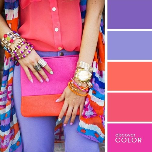 Chica usando un pantalón de color morado con una blusa de color coral