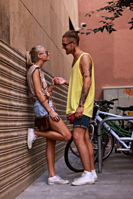 Chica coqueteando con un chico