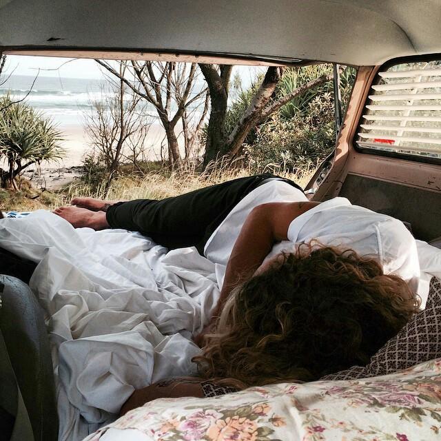 Chica dormida en una camioneta