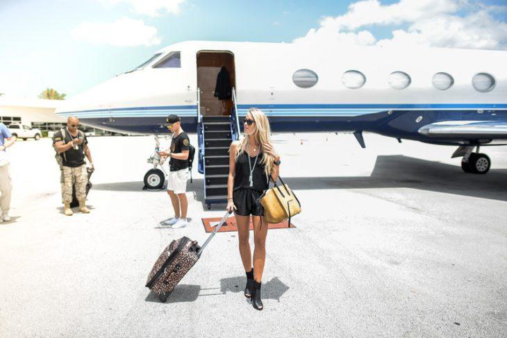 Chica bajándose de un avión