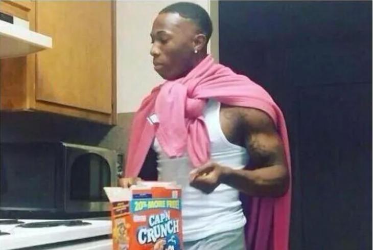 hombre en cuarto de lavado con capa rosa