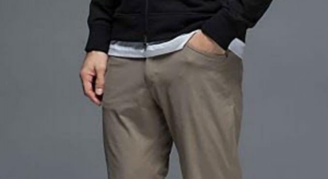 hombre con la mano en el bolsillo