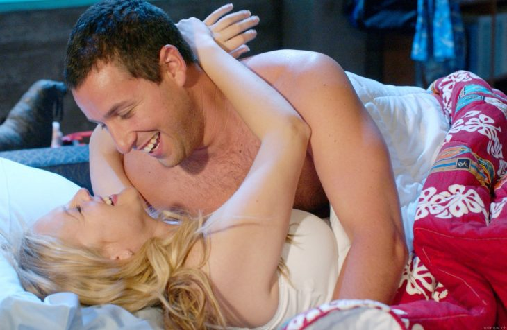 Escena de la película 50 primeras citas adam sandler junto a una chica recostados en la cama