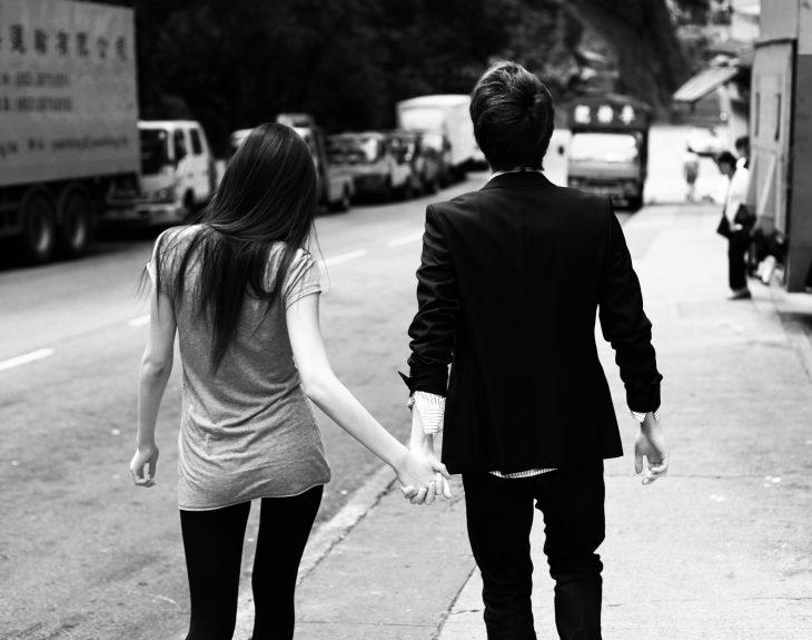 Pareja de novios tomados de las manos caminando