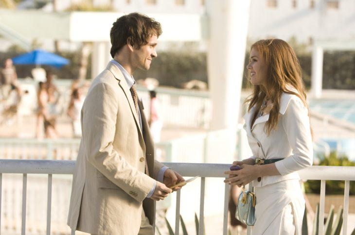 escena de la película confeciones de una compradora compulsiva pareja hablando