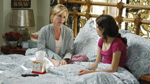 escena de la serie modern family haley y su madre sentadas en la cama conversando