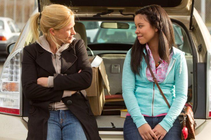 Escena de la película educando a mamá choca sentada en una camioneta junto a su mamá