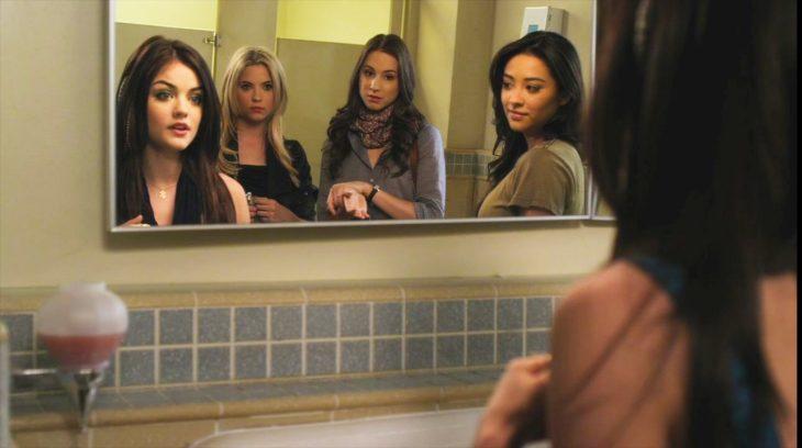 Escena de la serie pretty litte liars chicas en el baño
