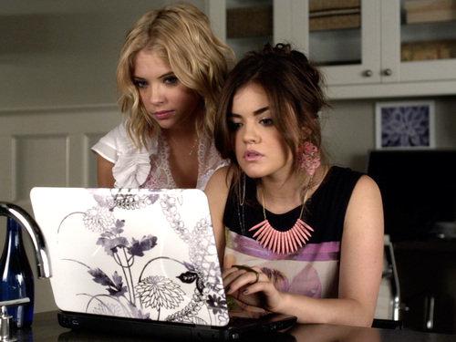 Escena de la serie pretty little liars chicas frente a la computadora
