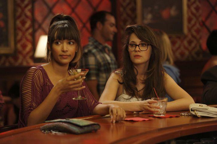 Escena de la serie new girl chicas bebiendo en la barra de un bar
