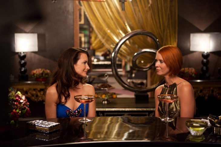 Escena de la película Sex and the City 2 chicas tomando una copa en el bar del hotel