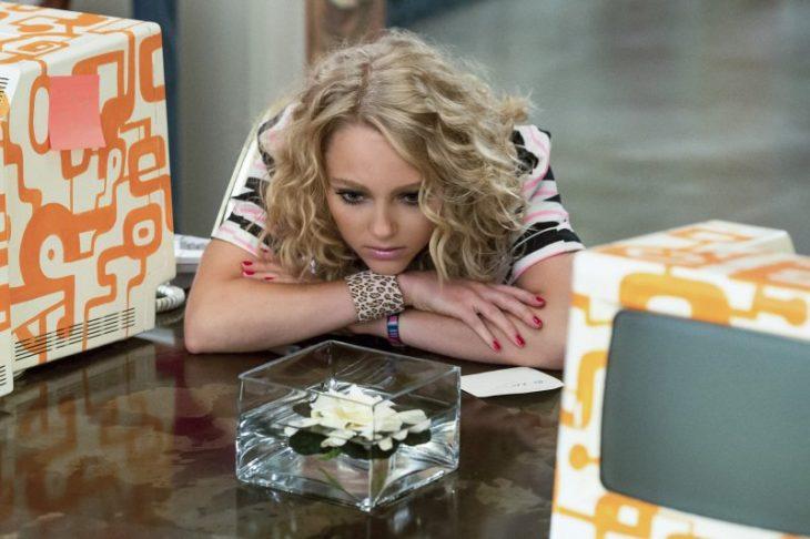Escena de la serie the carrie daries chica recargada en una mesa pensando