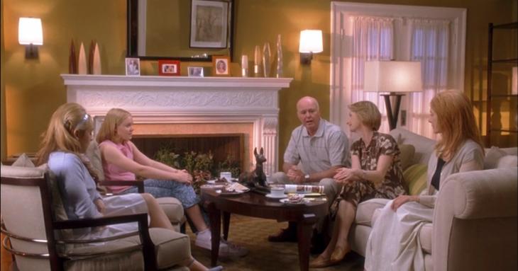 Escena de la película confesiones de una tipica adolescente familia reunida