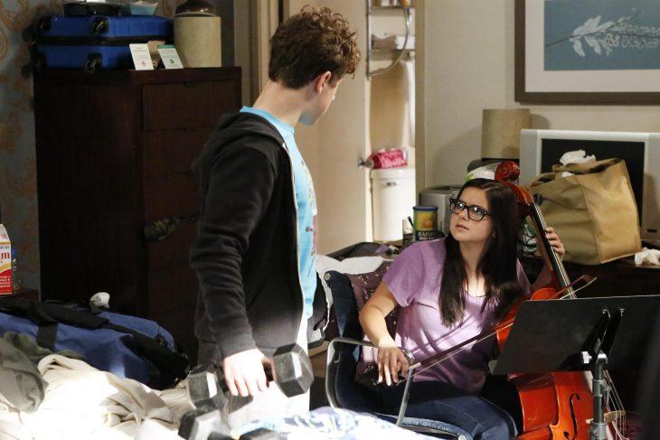 Escena de la serie modern family alex en su cuarto tocando el chelo