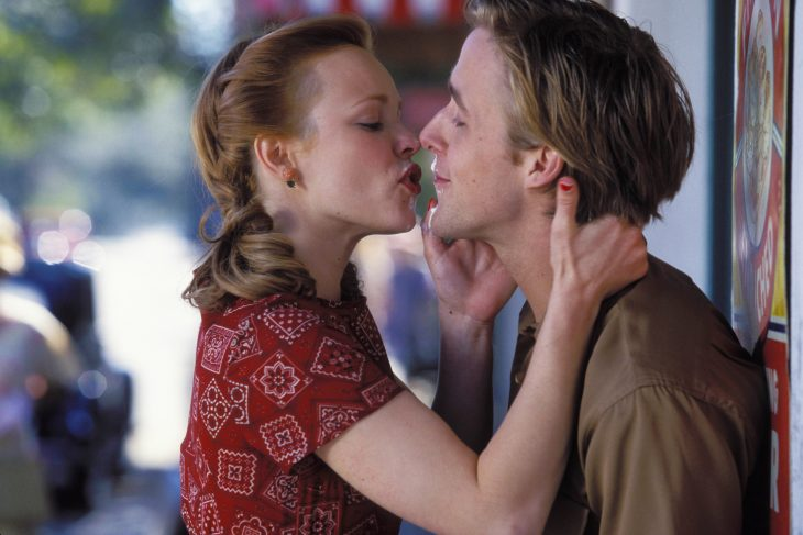 Escena de la película the notebook allie and noah besándose