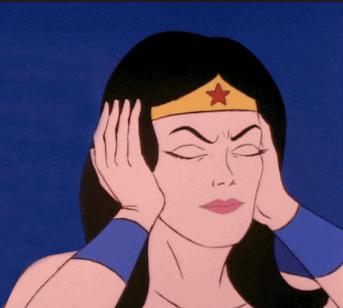 caricatura de la Mujer maravilla con las manos en los oidos