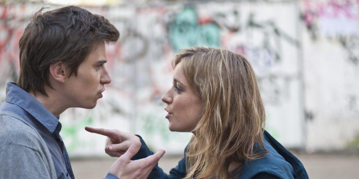 pareja joven discutiendo