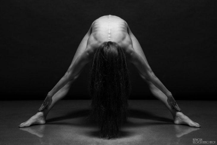 mujer parada con sus brazos y piernas extendidas