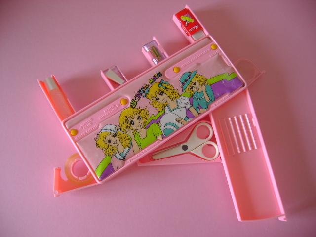 Caja de color rosa donde se pueden guardar lapices
