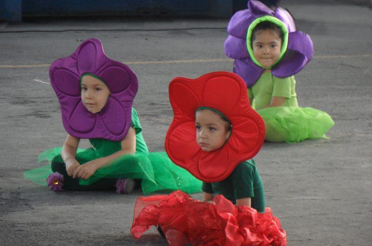 Niñas vestidas de florecitas en el festival de la primaria