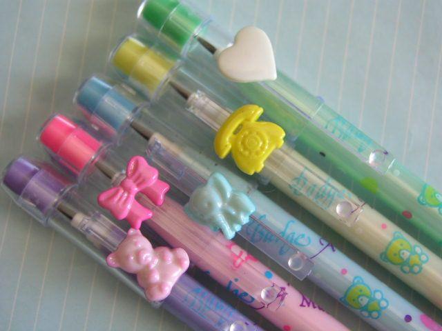 Lapiceros de colores con adornos en la punta