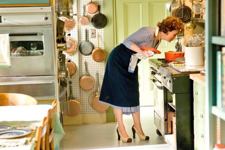 Escena de la película Julie & Julia meryl streep cocinando sopa
