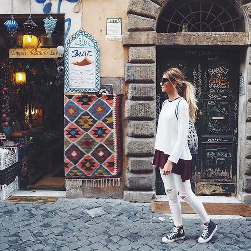 Chica caminado por las calles de una ciudad