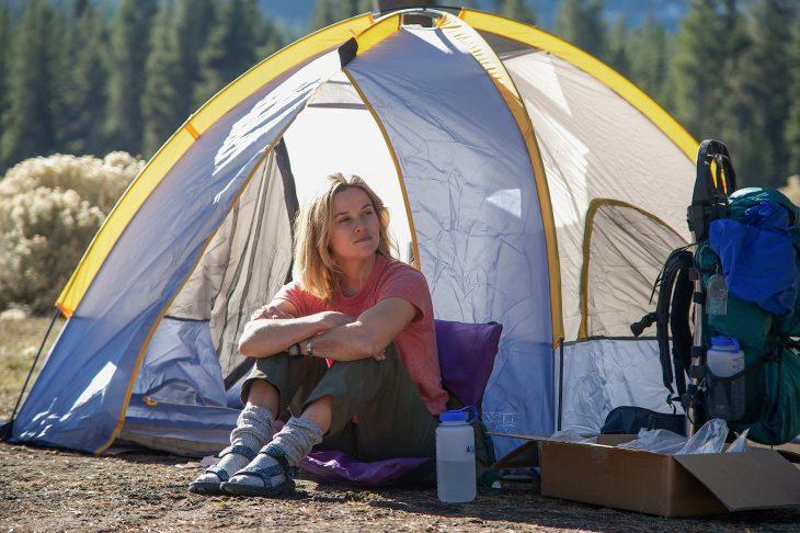 Escena de la película alma salvaje, resee whiterspon sentada afuera de una casa de campaña