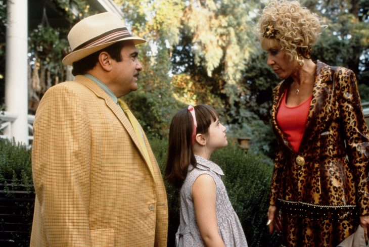 Escena de la película matilda, niña junto a sus padres
