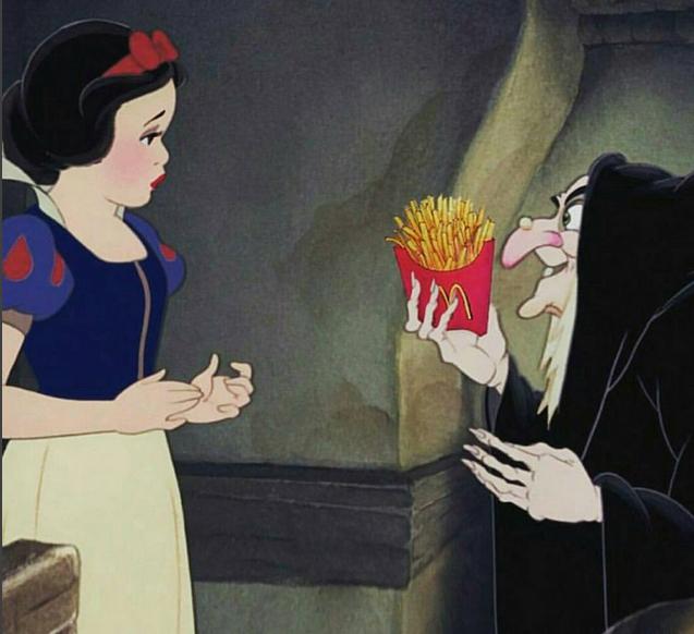 Princesa de disney junto a la bruja que trata de darle de comer papas fritas