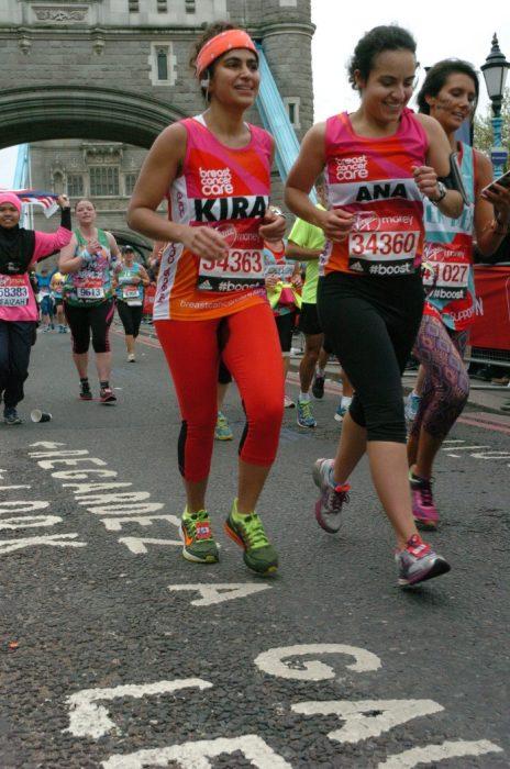 Mujer corriendo un maratón en londres al lado de otras mujeres
